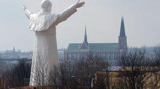 Une statue du pape Jean-Paul II surplombe la ville deCzęstochowa, capitale spirituelle de la Pologne. (JANEK SKARZYNSKI / AFP)