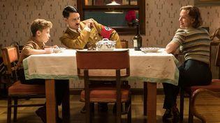 "Roman Griffin Davis (Jojo ""Rabbit"" Betzler),Taika Waititi (Adolf Hitler) etScarlett Johansson (Rosie Betzler) dans ""Jojo Rabbit"". (TWENTIETH CENTURY FOX)"