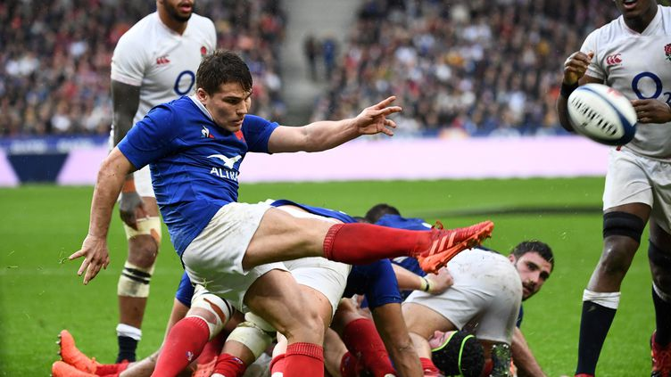 Antoine Dupontboote en touche, le 2 février 2020, lors du match France-Angleterre, en stade de France, à Saint-Denis. (FRANCK FIFE / AFP)