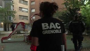 Mercredi 26 août, une opération de police a été menée dans le quartier du Mistral, à Grenoble (Isère), sans résultat fructueux. Elle a été voulue par le ministre de l'Intérieur Gérald Darmanin, après la publication de vidéos montrant des hommes cagoulés et lourdement armés. (France 3)
