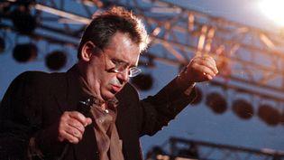 Claude Nougaro en concert à Toulouse, sur le port de la Viguerie, le 20 juillet 1998  (David Bécus / La Dépêche du Midi / MaxPPP)
