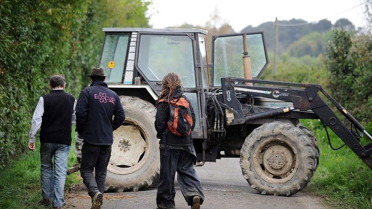 """Un tracteur bloque une route à l'entrée de la """"zone à défendre""""de Notre-Dame-des-Landes (Loire-Atlantique), le 23 avril 2014. (JEAN-SEBASTIEN EVRARD / AFP)"""