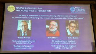Les portraits deJames Peebles, Michel Mayor et Didier Queloz, lauréats du prix Nobel de physique, mardi 8 octobre à l'Académie des sciences de Stockholm (Suède). (JONATHAN NACKSTRAND / AFP)