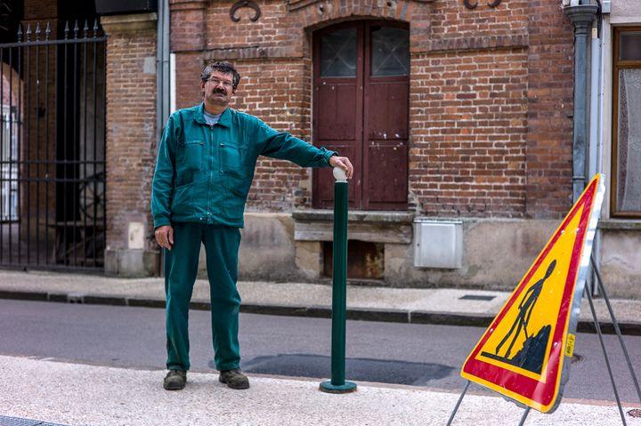 Jean-Yves Derbecque, salarié de la mairie deDonnemarie-Dontilly (Seine-et-Marne) depuis 2014. Ici en septembre 2017. (MATTHIEU MONDOLONI / FRANCEINFO)