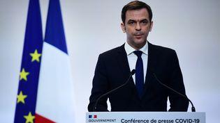 Olivier Véran s'exprime lors d'une conférence de presse, le 4 février 2021, à Paris. (MARTIN BUREAU / AFP)
