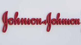 Le logo de Johnson & Johnson à l'entrée du campus du groupe, le 23 septembre 2020 à Irvine, dans l'Etat américain de Californie. (MARK RALSTON / AFP)