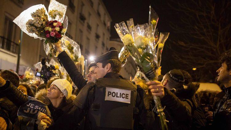 (Recueillement devant l'Hyper Cacher, à Paris © MaxPPP)
