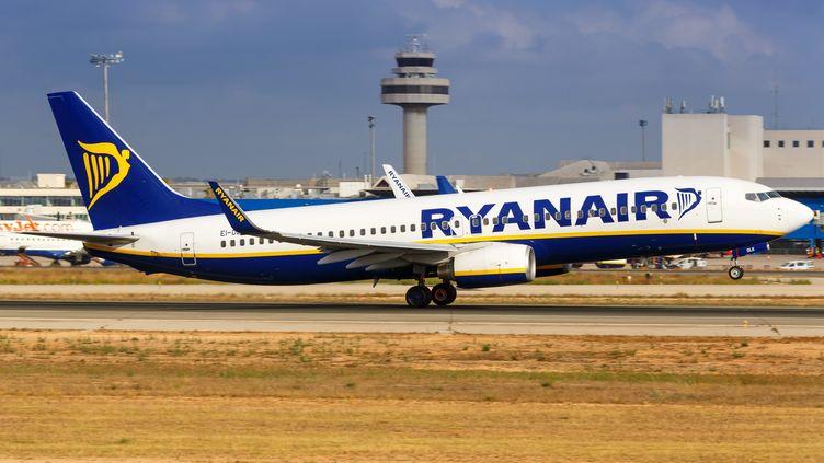 UnBoeing B737-800 de la compagnie aérienneRyanair, le 21 juillet 2018, à l'aéroport de Majorque,en Espagne. (MARKUS MAINKA / PICTURE ALLIANCE / AFP)