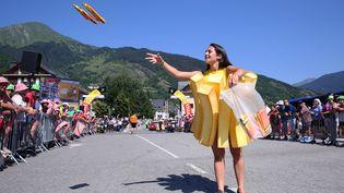 Une hôtesse de la marque McCain sur une étape du Tour de France, le 10 juillet 2016 à Andorre. (TIM DE WAELE / CORBIS / GETTY IMAGES)