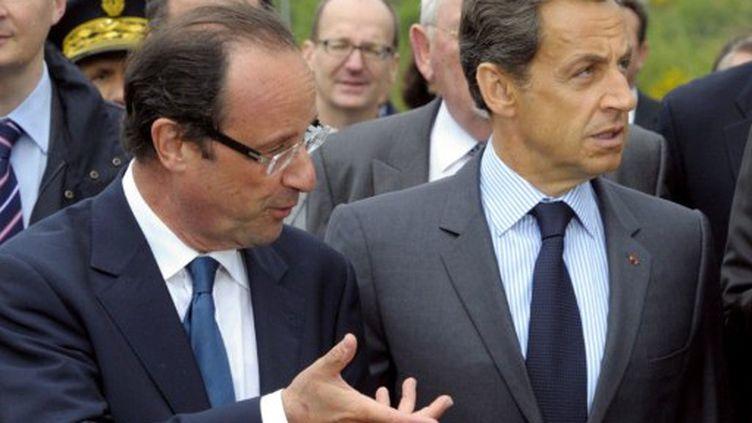 François Hollande et Nicolas Sarkozy en discussion dans la zone d'activité de Tra-le-Bos - Egletons (Corrèze) en avril 2011 (PHILIPPE WOJAZER / POOL / AFP)