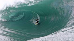 Un surfeursur la vague de Teahupoo,à Tahiti (Polynésie) en 2011. (MAXPPP)