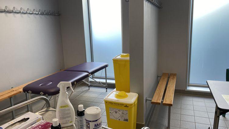 Un vestiaire du gymnase du Tinténiac (Ille-et-Vilaine) transformé en salle d'examen médical, le 6 avril 2020. (FANNY LECHEVESTRIER / FRANCEINFO)