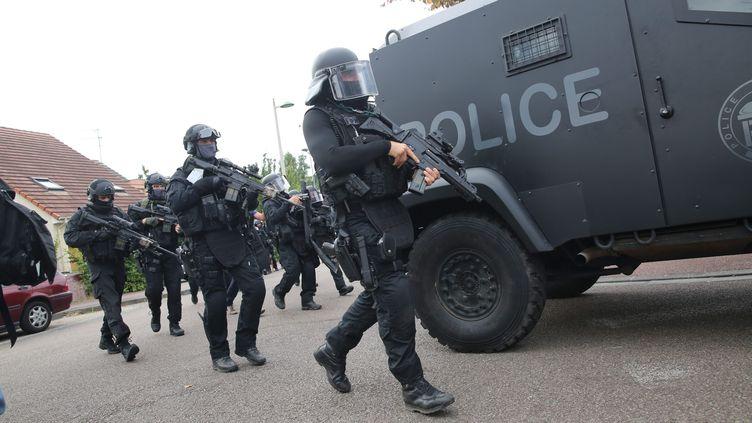 Des policiers du Raid au domicile de l'un des auteurs de l'attaque contre une église à Saint-Etienne-du-Rouvray (Seine-Maritime), le 26 juillet 2016. (MAXPPP)