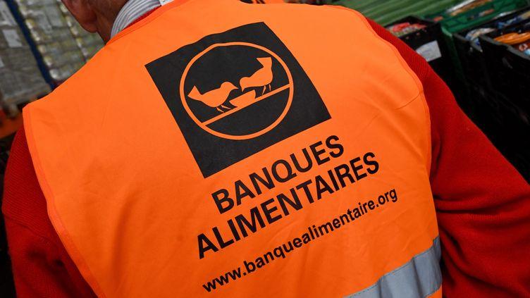 Un bénévole de la banque alimentaire, à Perpignan. Photo d'illustration. (MICHEL CLEMENTZ / MAXPPP)