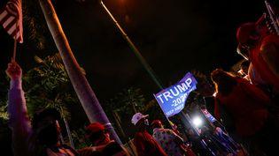 Des soutiens de Donald Trump rassemblés devant un restaurant à Miami, en Floride, le 3 novembre 2020, soir de l'élection présidentielle. (MARCO BELLO / REUTERS)
