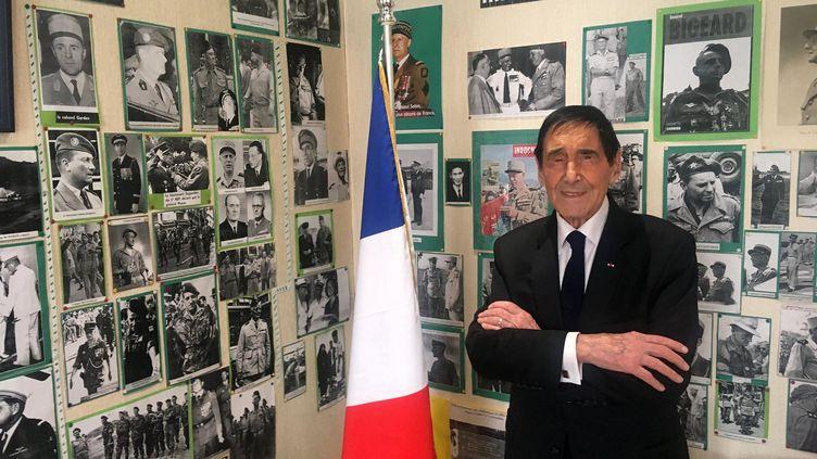 Marcel Berthomé, dans son bureau de maire. (FARIDA NOUAR / RADIO FRANCE)