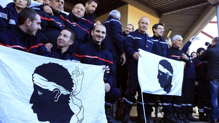 Des pompiers venus de toute la Corse sont rassemblés à Ajaccio, le 29 décembre 2015,pour protester contre les violencesdont ont été victimes leurs collègues. (PASCAL POCHARD CASABIANCA / AFP)