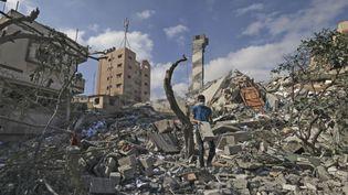Un jeune Palestinien au milieu des décombres après un bombardement à Gaza, le 18 mai 2021. (MAHMUD HAMS / AFP)