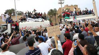 Des Libyens favorables à la loi d'exclusion politique manifestent à Tripoli (Libye), dimanche 5 mai 2013. (MAHMUD TURKIA / AFP)
