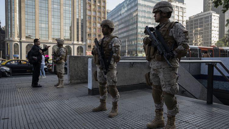 Des soldats postés à Santiago, au Chili, le 21 octobre 2019. (PEDRO UGARTE / AFP)