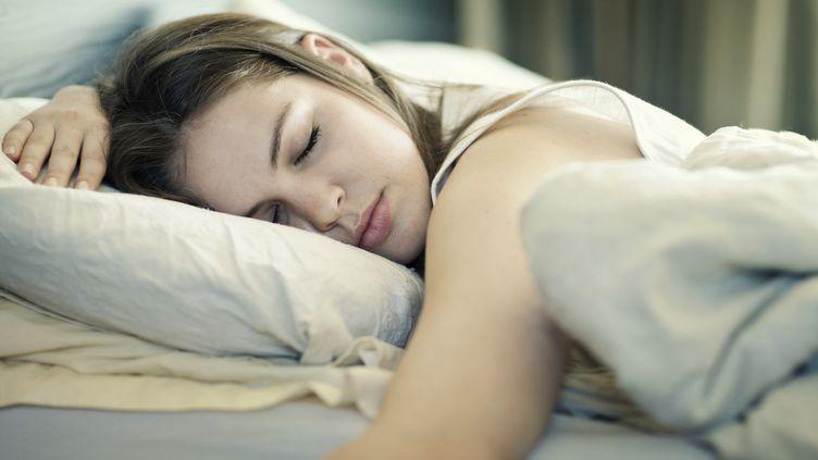 Un matin de 2008, Naomi Jacobs,32 ans ouvre les yeux, persuadée d'avoir 15 ans. En panique, elle ne reconnaît alors plus son lit, sa chambre, son visage et même sa voix. (SIMON WINNALL / TAXI / GETTY IMAGES)