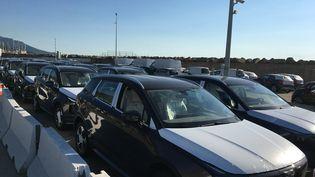 Des voitures de location arrivent en Corse, sur le port de Bastia, en août 2020. Un an plus tard, les tarifsdes locations de voitures sur l'île explosent. (MAXIME BECMEUR / RADIO FRANCE)