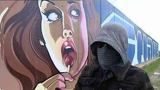 Le graffeur Snake devant l'une de ses œuvres  (France3/Culturebox)