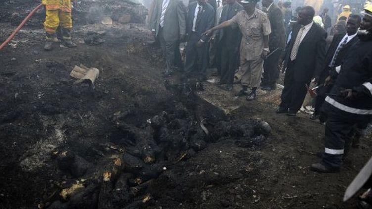 Des habitants du bidonville de Lunga Lunga, près des lieux de l'explosion, le 12 septembre 2011 (AFP/TONY KARUMBA)