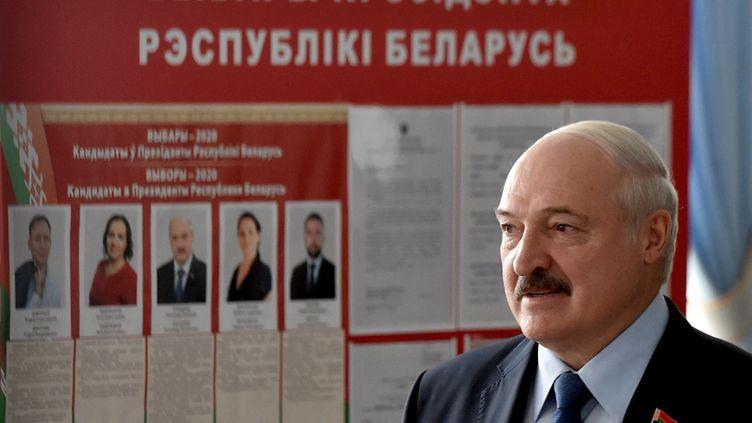 Le président de la Biélorussie, Alexandre Loukachenko, dans un bureau de vote à Minsk, le 9 août 2020. (REUTERS)