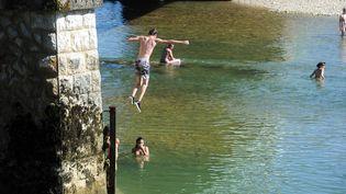 Des jeunes sautent d'un pont (illustration). (PHILIPPE TRIAS / MAXPPP)
