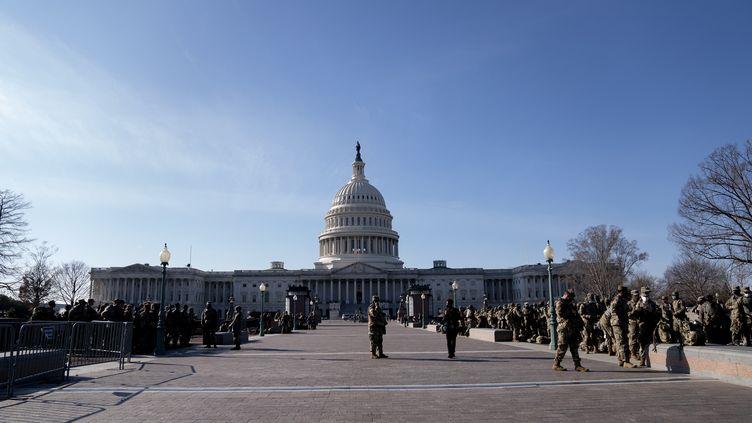 Des membres de la Garde nationale américaine devant le Capitole, à Washington le 14 janvier 2021. (STEFANI REYNOLDS / GETTY IMAGES NORTH AMERICA / AFP)