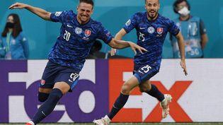 Les Slovaques après avoir ouvert le score face à la Pologne, le 14 juin 2021. (EVGENIA NOVOZHENINA / POOL / AFP)