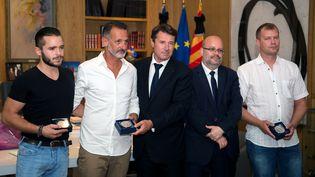 Gwenaël, Franck, l'ancien maire (LR) de Nice Christian Estrosi, le maire Philippe Pradal et Alexandre, lundi 25 juillet 2016 à la mairie. (BERTRAND LANGLOIS / AFP)