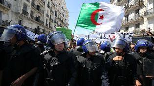 Des forces de police lors d'une manifestation à Alger, le 16 avril 2019. (BILLAL BENSALEM / NURPHOTO / AF¨P)