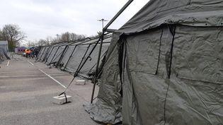 L'hôpital militaire de campagne de Mulhouse (Haut-Rhin)a été installé fin mars 2020pour aider les services hospitaliers à traiter les malades graves du Coronavirus (Covid-19). (PATRICK GENTHON / RADIOFRANCE)