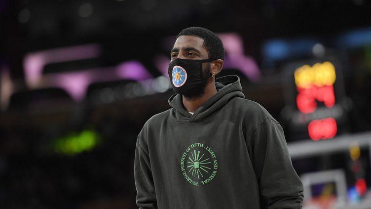 Le meneur de jeu des Brooklyn Nets Kyrie Irving en civil lors d'un match de pré-saison NBA contre les Los Angeles Lakers, le 3 octobre 2021 au Staples Center (KEVORK DJANSEZIAN / GETTY IMAGES NORTH AMERICA via AFP)