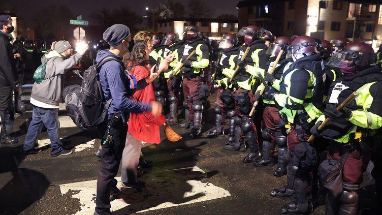 Des manifestants font face à la police à Minneapolis (Etats-Unis), le 12 avril 2021. (SCOTT OLSON / GETTY IMAGES NORTH AMERICA / AFP)