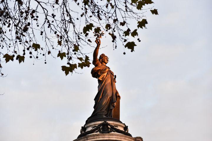 La statue de Marianne, sur la place de la République, à Paris, le 22 novembre 2015. (LOIC VENANCE / AFP)