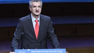 """Jean Lassalle a terminé son allocution par un """"Mesdames et messieurs les maires, tenez bon !"""" (BERTRAND GUAY / AFP)"""