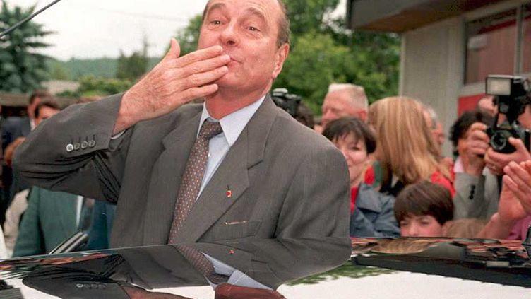 Jacques Chirac envoie un baiser à ses soutiens après avoir voté à Sarran le 11 juin 1995. (DERRICK CEYRAC / AFP)