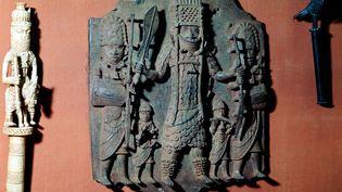Plaque de bronze au relief accentué, qui représenteun chef combattant de la tribu Bini (actuel Nigeria), au British Museum. (ANN RONAN PICTURE LIBRARY)