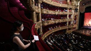 Des spectateurs attendent le debut d'un concert au Palais Garnier, le 13 juillet 2020. Photo d'illustration. (ANNE-CHRISTINE POUJOULAT / AFP)