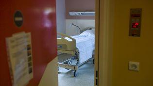 Une chambre de l'hôpital Bichat, à Paris,le 6 août 2014. Elle a étéspécialement préparée pour accueillir des malades d'Ebola. (FRED DUFOUR / AFP)