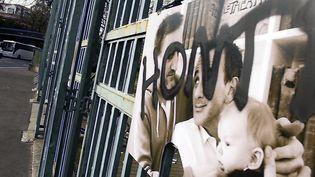 En 2015, c'est à Toulouse qu'une exposition d'Olivier Ciappa était vandalisée. Aujourd'hui, c'est à Metz que des tags hompophobes ont été inscrits sur une de ses expositions (archives 8 décembre 2015)  (Thierry Bordas / PhotoPQR / La Dépêche du Midi / MaxPPP)