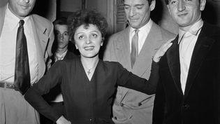 Charles Aznavour (à droite) pose aux côté d'Edith Piaf, en 1950 à Paris. (- / AFP)