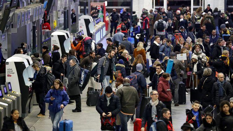 Des voyageurs à la gare de Lyon, à Paris, le 5 janvier 2020. (FRANCOIS GUILLOT / AFP)