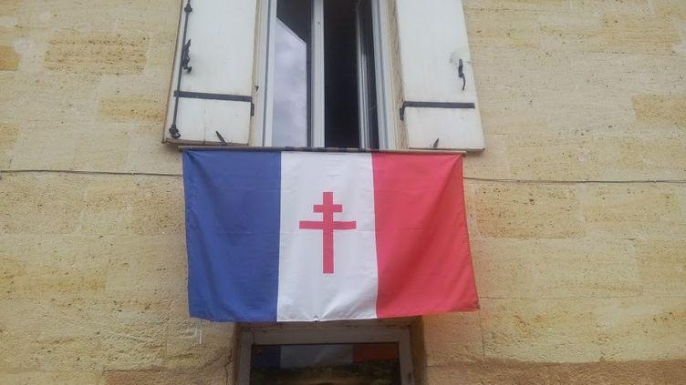 Le drapeau de la France libre accroché par un habitant de Sainte-Terre (Gironde). (DR)