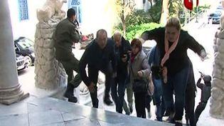 Les otages du musée du Bardo à Tunis (Tunisie) sont évacués, mercredi 18 mars. (TUNISIA 1 / AFP)