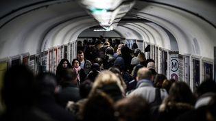 Desusagers de la RATP prennent le métro en pleine grève, à Châtelet (Paris), le 12 décembre 2019. (PHILIPPE LOPEZ / AFP)