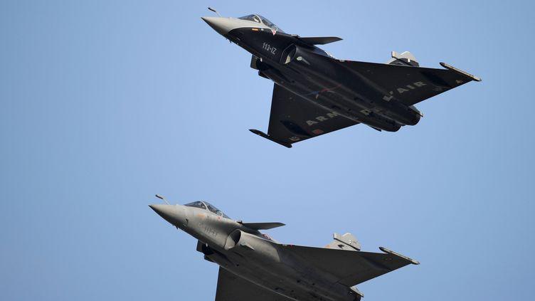 Vol de démonstration de deux Rafale de Dassault près de Moscou (Russie), le 16 août 2011. (GRIGORIY SISOEV /RIA NOVOSTI / AFP)